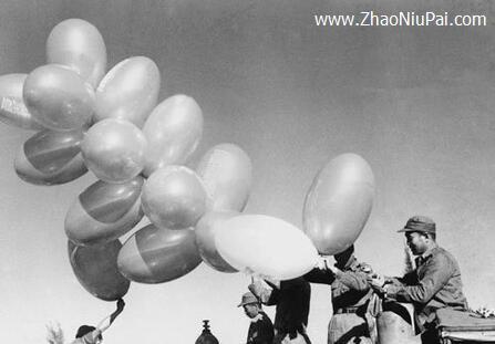 1962年,金门国民党驻军日常施放空飘气球的情形