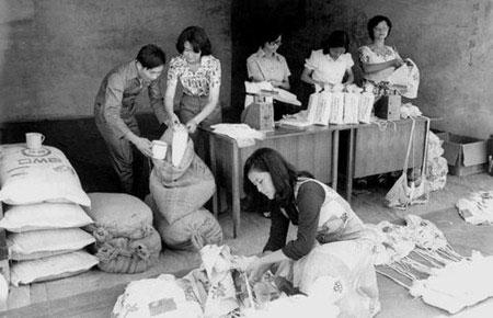1976年,金门空飘工作人员准备空飘至大陆的大米