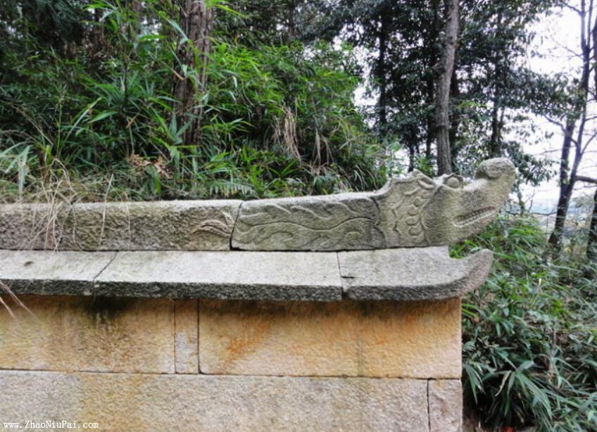 左右各一的闭嘴龙,被认定为明代墓穴的重要根据