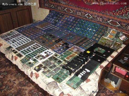 俄罗斯人展示所搜藏的上千颗CPU