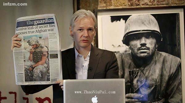 维基解密的站长阿桑奇,在记者会上展示英国《卫报》的相关报道