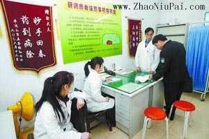 执法人员在郑州长虹医院中医肝病门诊现场检查